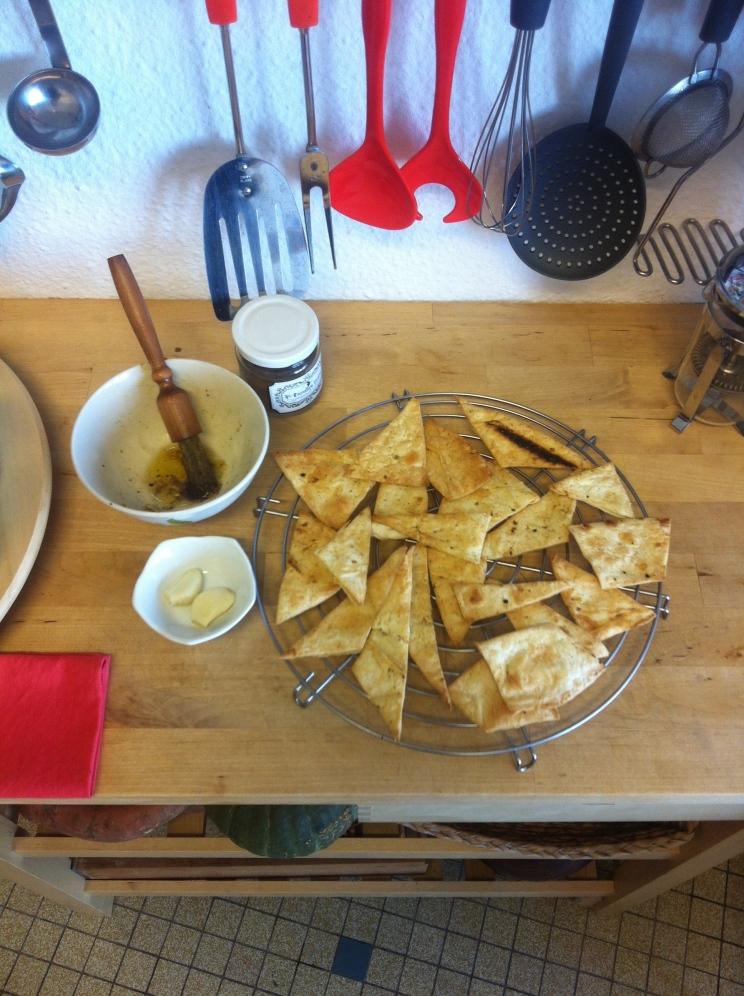 Wrijf in met olijfolie en kruidenmengsel naar keuze bijv: paprika, look, peper, komijn, piment...